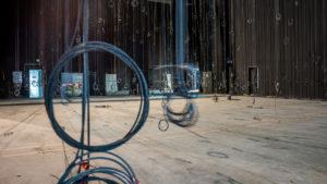 câbles suspendus au-dessus du plateau