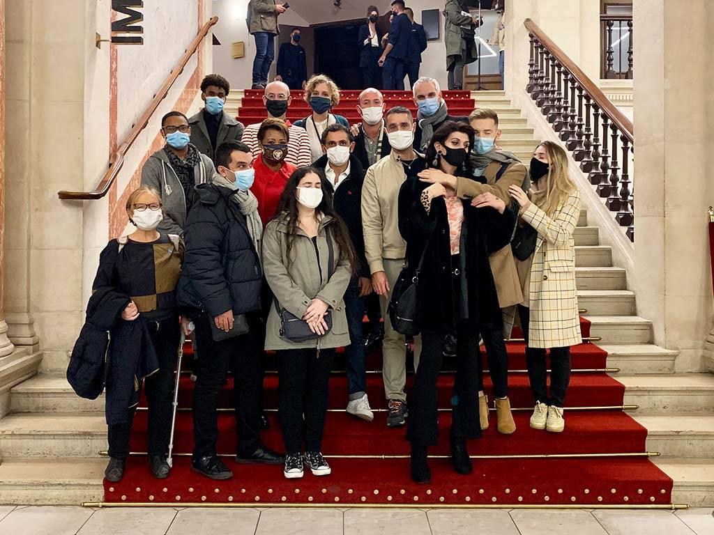 Un groupe de personnes sur les marches du hall du Théâtre du Châtelet
